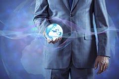 De aarde van de zakenmanholding in globaal concept Royalty-vrije Stock Fotografie