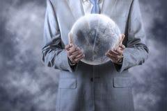 De aarde van de zakenmanholding in globaal concept Royalty-vrije Stock Foto's