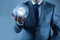 De aarde van de zakenmanholding in globaal concept Royalty-vrije Stock Afbeeldingen