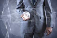 De aarde van de zakenmanholding in globaal concept Stock Foto's