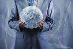 De aarde van de zakenmanholding in globaal concept Royalty-vrije Stock Afbeelding