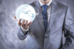 De aarde van de zakenmanholding in globaal concept Royalty-vrije Stock Foto