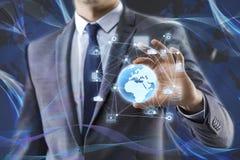 De aarde van de zakenmanholding in globaal concept Stock Fotografie