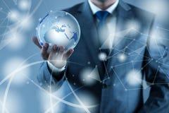 De aarde van de zakenmanholding in globaal concept Stock Afbeeldingen