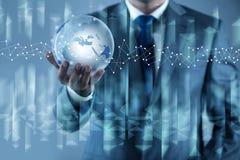 De aarde van de zakenmanholding in globaal concept Stock Foto