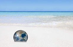 De Aarde van Eco op strand stock afbeeldingen