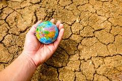 De aarde wordt gelegd op droge grond royalty-vrije stock afbeeldingen