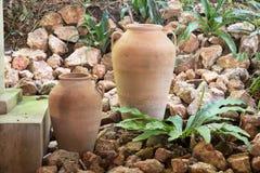De aarden decoratie van de kruik tropische tuin stock afbeeldingen