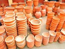 De aarden potten stapelden zich omhoog voor verkoop op stock afbeelding