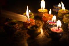De aarden verlichting van de diyalamp met kaarsen ter gelegenheid van diwali en sandhipujo stock foto