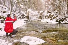 De aardfotograaf neemt beeld van het landschap van de de wintersneeuw royalty-vrije stock afbeeldingen