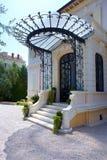 De aardige portiek in een klassieke stijl royalty-vrije stock afbeeldingen