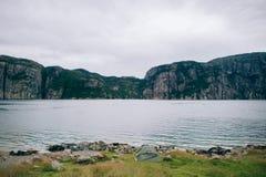 De aardzomer lanscape van bergen van Lysefjord in Noorwegen met Royalty-vrije Stock Afbeelding