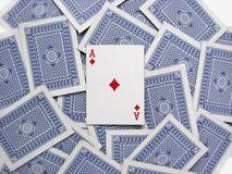 De aas van diamanten op een dek van speelkaarten Stock Afbeelding