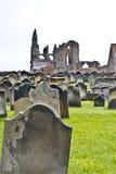 De abdij en het kerkhof van Whitby Stock Foto
