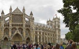 De Abdij van Westminster met mensen die op ingang wachten Stock Fotografie