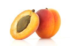 De abrikoos en halveert Stock Afbeeldingen