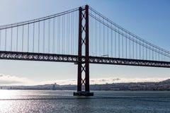 25 de Abril Кабел-остались мостом над Рекой Tagus Стоковое Фото