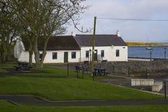 17 de abril de 2018 as casas de campo irlandesas famosas no berbigão enfileiram no porto de Groomsport no condado para baixo Irla Imagens de Stock