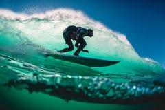 18 de abril de 2019 Bali, Indonésia Passeio do surfista na onda do tambor Surfar profissional em ondas grandes em Padang Padang fotos de stock