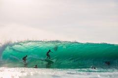 23 de abril de 2018 Bali, Indonesia Paseo de la persona que practica surf en onda grande del barril en Padang Padang El practicar Fotos de archivo libres de regalías