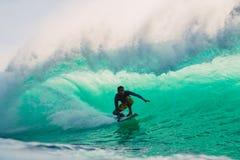 23 de abril de 2018 Bali, Indonesia Paseo de la persona que practica surf en onda grande del barril en Padang Padang El practicar Fotos de archivo