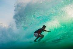 23 de abril de 2018 Bali, Indonesia Paseo de la persona que practica surf en onda grande del barril en Padang Padang El practicar Imagen de archivo libre de regalías