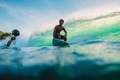 23 de abril de 2018 Bali, Indonesia Paseo de la persona que practica surf en onda grande del barril en Padang Padang El practicar Fotografía de archivo libre de regalías