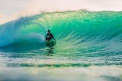 23 de abril de 2018 Bali, Indonesia Paseo de la persona que practica surf en onda grande del barril en Padang Padang El practicar Imagenes de archivo