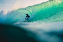 23 de abril de 2018 Bali, Indonesia Paseo de la persona que practica surf en onda grande del barril en Padang Padang El practicar Fotografía de archivo