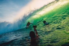 23 de abril de 2018 Bali, Indonesia Paseo de la persona que practica surf en onda grande del barril en Padang Padang El practicar Foto de archivo
