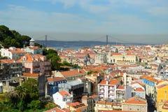 25 de Abril Bridge和Alfama,里斯本,葡萄牙 库存照片