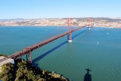 25 De Abril Bridge au-dessus du Tage, de l'Almada se reliant et de Lisbonne au Portugal Photos stock