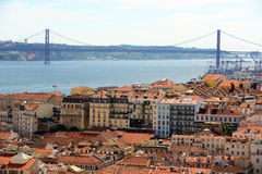 25 de abril Bridge e Alfama, Lisboa, Portugal Foto de Stock Royalty Free