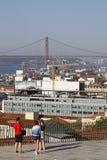 25 de Abril Bridge e paesaggio urbano di Lisbona Immagini Stock Libere da Diritti