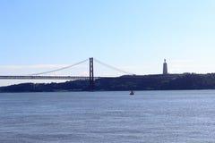 25 DE Abril Bridge en Christus de Koning Statue Stock Foto's