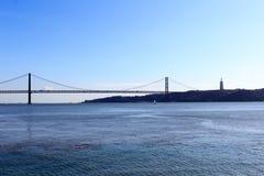 25 DE Abril Bridge en Christus de Koning Statue Stock Afbeelding