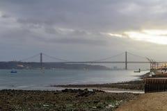 25 de Abril Bridge en la puesta del sol, en Lisboa Imágenes de archivo libres de regalías