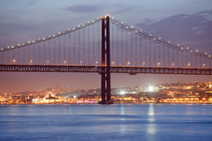 25 de Abril Bridge en Lisboa en la noche Imágenes de archivo libres de regalías