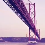 25 de Abril Bridge en Lisboa, Portugal, con un effe retro del filtro Fotografía de archivo