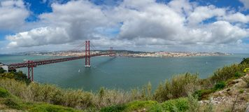 25 De Abril Bridge et de Lisbonne panorama ultra Image stock