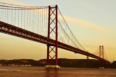25 de Abril Bridge i Lissabon, Portugal, med en filtereffekt Arkivfoton