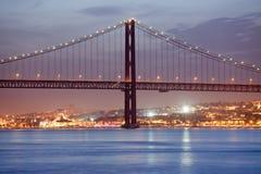 25 de Abril Bridge a Lisbona alla notte Immagini Stock Libere da Diritti