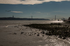 25 de Abril Bridge a Lisbona Portogallo Fotografia Stock