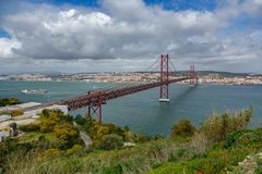 25 DE Abril Bridge in Lissabon over Tagus-rivier Stock Afbeeldingen