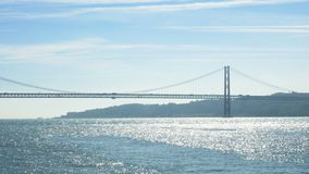 25 DE Abril Bridge in Lissabon, Portugal E stock videobeelden