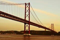 25 DE Abril Bridge in Lissabon, Portugal, met een filtereffect Stock Foto's