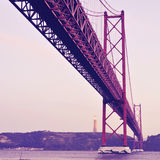 25 DE Abril Bridge in Lissabon, Portugal, met een retro filter effe Stock Fotografie