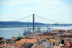 25 de Abril Bridge och Alfama, Lissabon, Portugal Royaltyfri Fotografi
