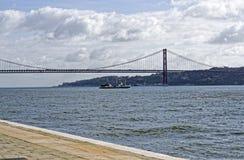 25 de Abril Bridge sobre el río Tagus Imágenes de archivo libres de regalías